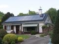 Symmetrisch gelegde zonnepanelen op een bungalow